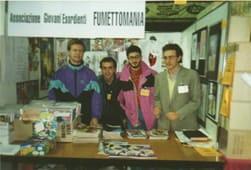 Foto di gruppo di Fumettomania, allo stand a Lucca, 1991. Da sinistra verso destra, Giorgio Cambini, Giovanni Luisi, Vito di Domenico e Mario Benenati