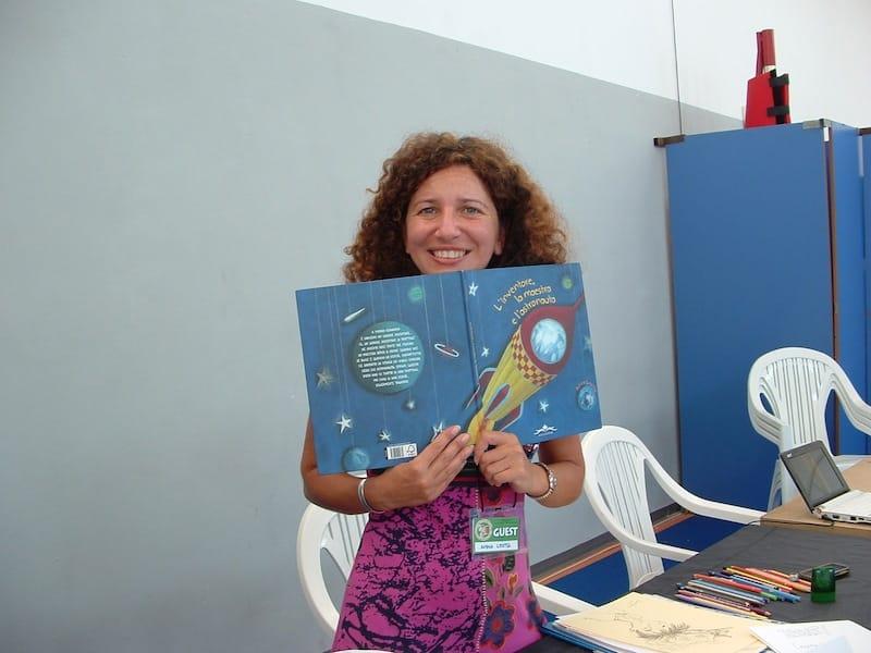L'autrice Anna Leotta fotografata con il suo ultimo libro pubblicato