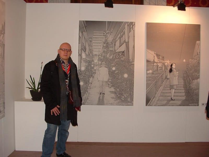 Foto accanto a due stampe di Taniguchi. © Ma.Be.