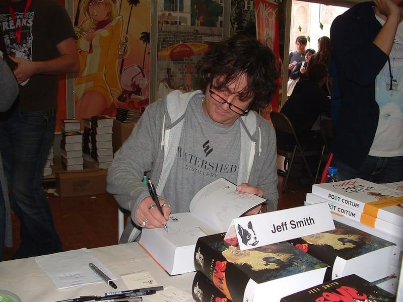Jeff Smith mentre disegna e firma dediche. © Ma.Be.