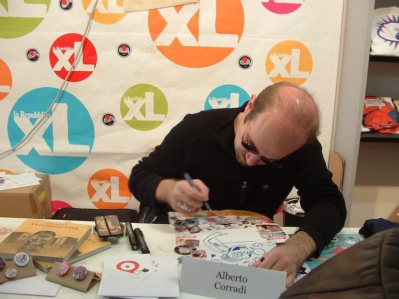 Alberto Corradi mentre disegna. © Ma.Be.