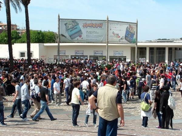 comicon 2012: la calca fuori dai cancelli della fiera d'oltremare