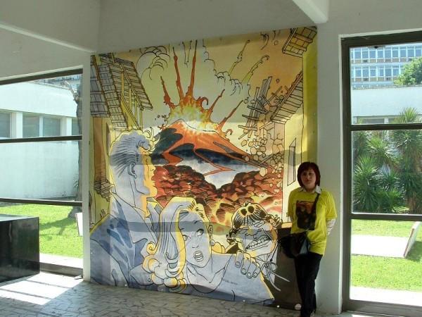 comicon 2012: angela in posa vicino al mega telone dedicato a AMrtin Mysteré