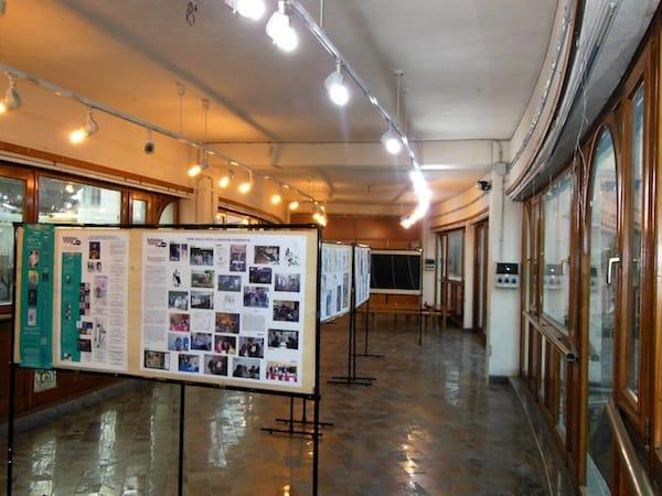 Foto del 1 marzo, prima dell'apertura della mostra. Pannelli di ingresso. © Fumettomania Factory. Per gentile concessione