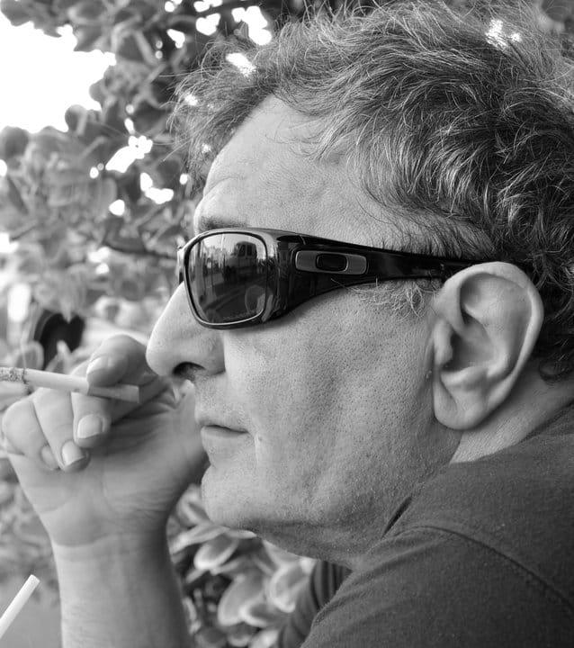 foto di Luigi Bernardi con la sua sigaretta.