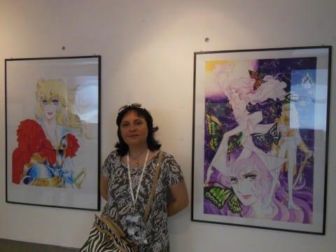 Angela in posa tra due illustrazione di Ryioko Ikeda