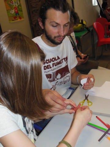 Giovanni della scuola del fumetto insegna ai bimbi i rudimenti dello stop motion