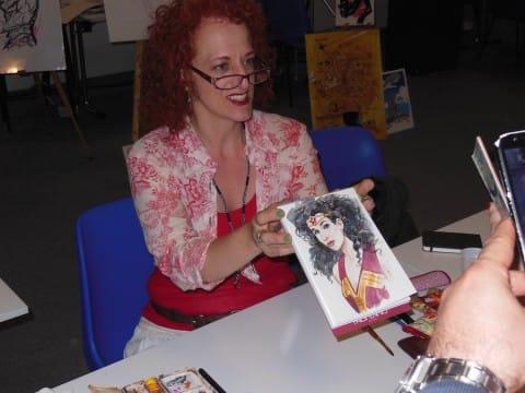 jill thompson mostra il suo disegno per l'asta di etna comics