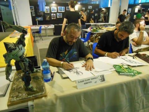 Claudio Iemmola mentre disegna allo stand Shockdom