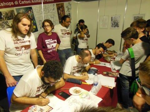 un gruppo di allievi della Scuola del fumetto al alvoro per i fan
