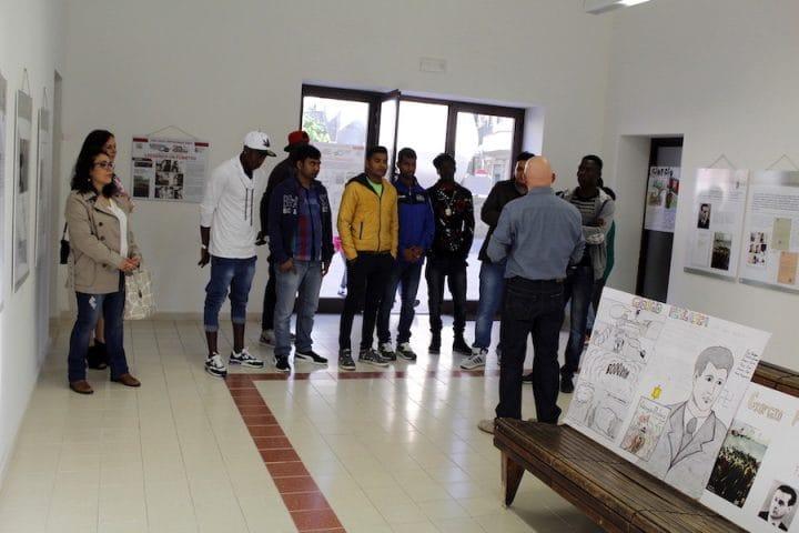 un gruppo di giovani migranti in visita alla mostra_01