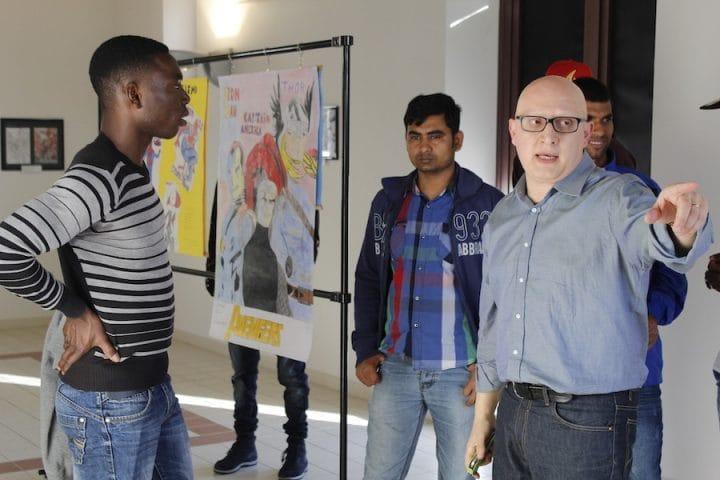 un gruppo di giovani migranti in visita alla mostra_02