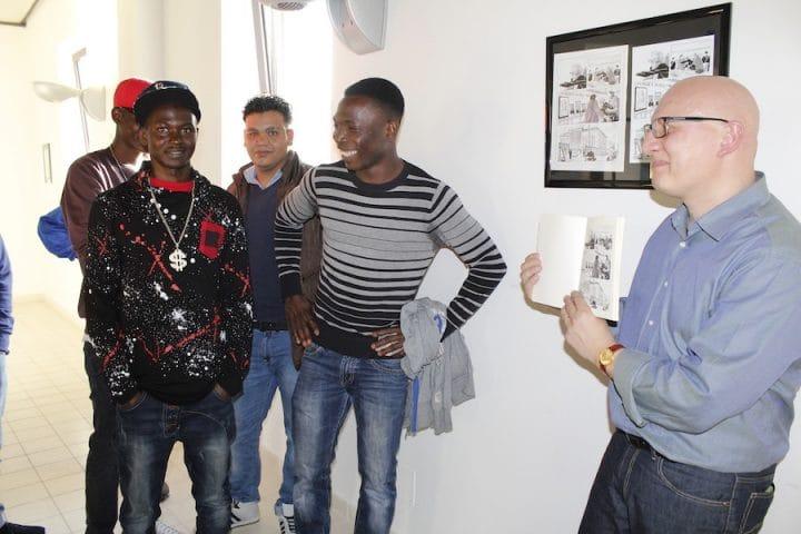 un gruppo di giovani migranti in visita alla mostra_03
