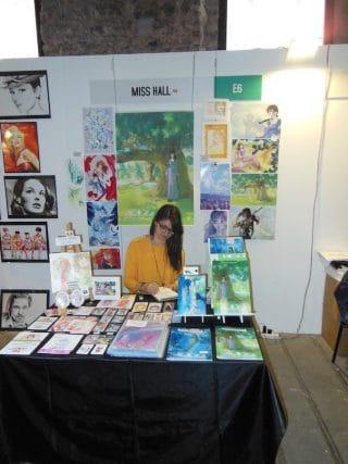 Miss Hall-Giulia nella sua postazione in Artist Alley