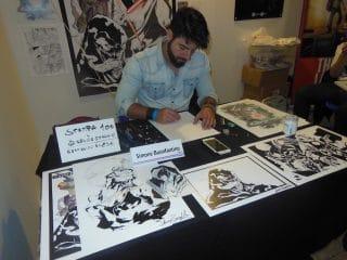 Simone Buonfantino nella sua postazione in Artist Alley