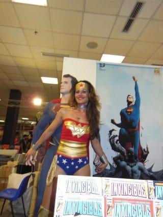 Wonder Woman insieme a Superman allo stand RW Lion