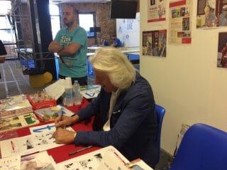 un ivo milazzo felicissimo firma la stampa del'anafi per i proprio fan