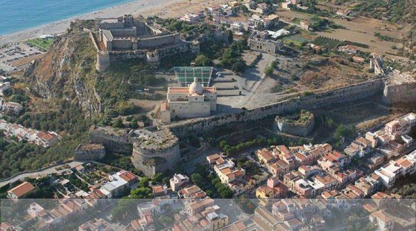 vista dall'altro del complesso del castello di milazzo