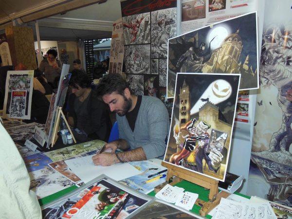 Lelio Bonaccorso disegna durante la prima edizione del corolla Games&Comics