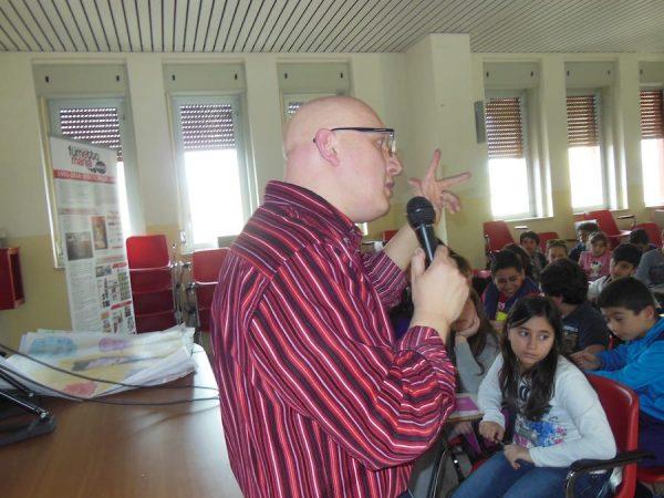 Foto di mario durante uno degli incontri con gli studenti