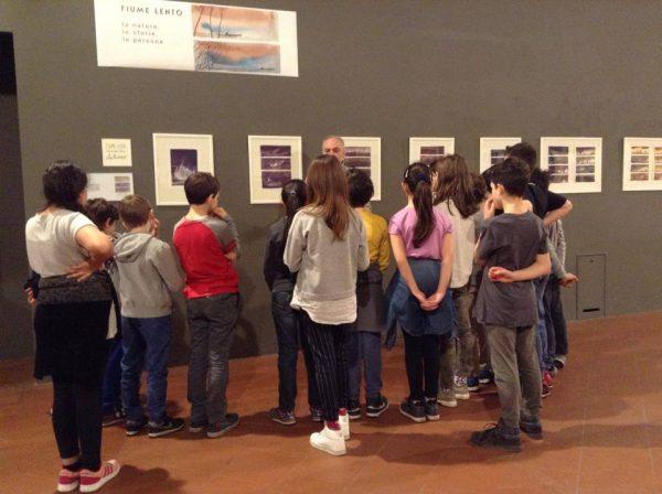 Foto 4-  A. Sanna racconta i suoi lavori ai giovanissimi visitatori