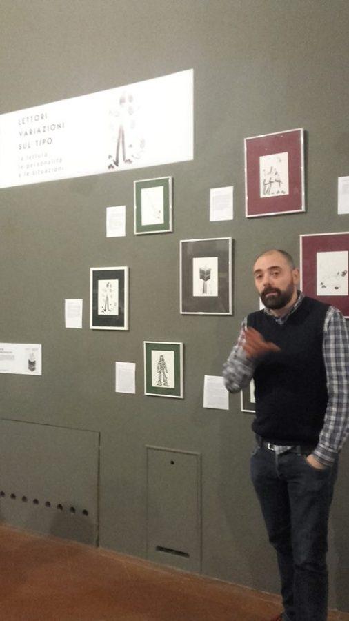 FOTO DI ALESSANDRO SANNA mentre racconta i suoi lavori