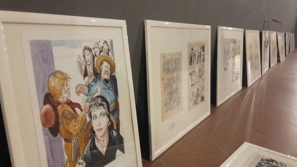 Foto delle cornici prima dell'allestimento della mostra.