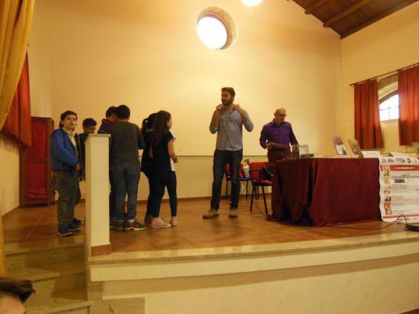 Lelio dialoga con alcuni  studenti