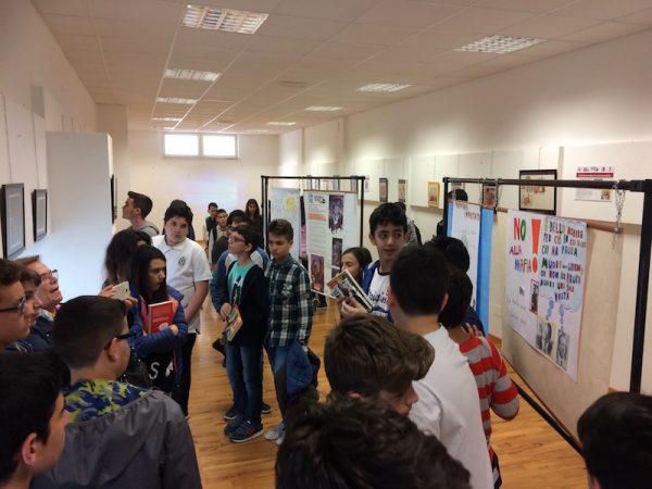 Foto 1 della mostra gli studenti, nel giorno di apertura