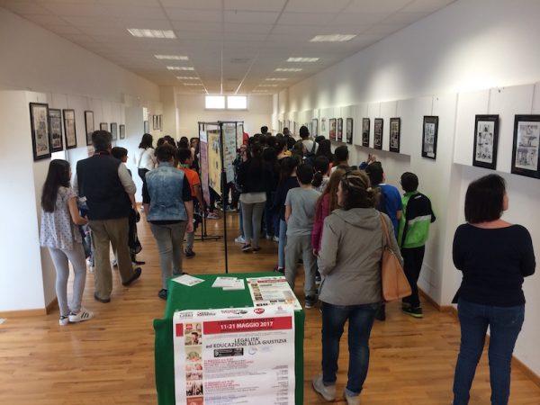 Foto 2 della mostra gli studenti, nel giorno di apertura