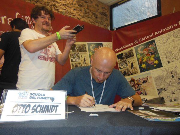 otto Schmidt disegna presso lo stand della Scuola del fumetto/Grafimated