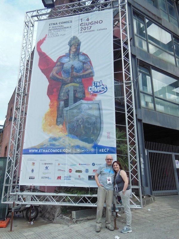 foto di Mario&Angela, vicino al poster gigante di Etna comics 2017