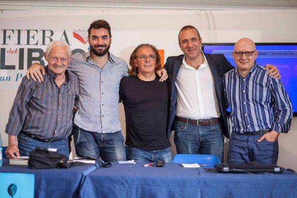 Foto di gruppo con Salvo Vitale, Lelio Bonaccorso, Faro Di Maggio, Santi Grillo e Mario Benenati al termine dell'incontro che si è tenuto alla Fiera del Libro 2017 al parco corolla