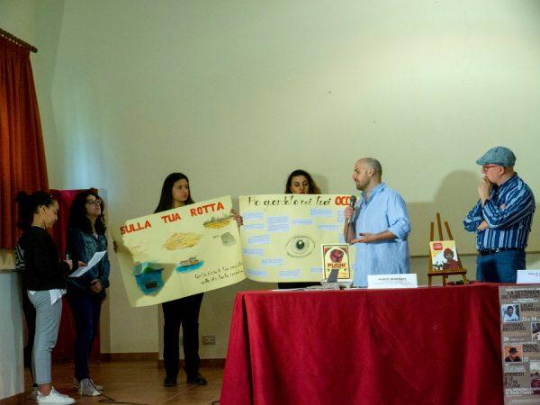 Paolo Castaldi molto contento dei lavori su cartoncini, esprime la sua contentezza agli studenti.