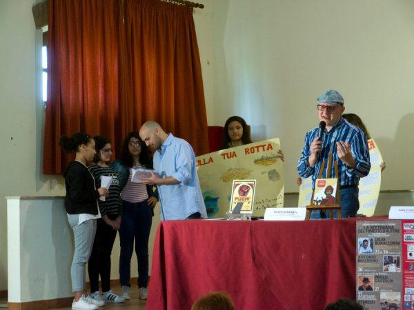 Paolo Castaldi si intrattiene cona alcuni studenti che hanno realizzato un fumetto dedicato ad Etenesh.