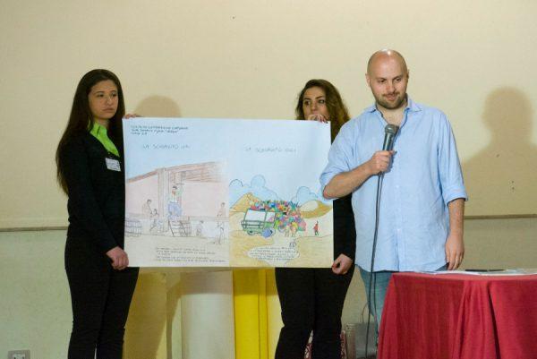 """Paolo Castaldi ascolta gli studenti che hanno realizzaato del cartelloni , dopo la lettura del suo graphic novel: """"Etenesh"""""""