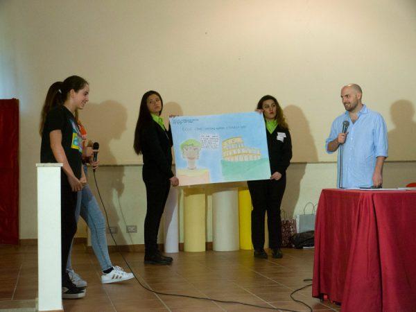 Ancora  una foto di Paolo Castaldi che rispondendo alle domande degli studenti esprime la sua contentezza.