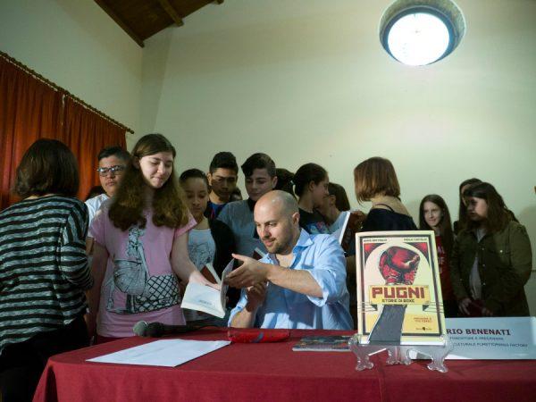 Paolo castaldi autografa , a fine incontro, il suo libro agli studenti.