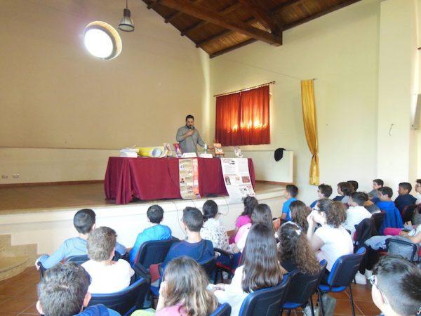"""Gli studenti dell'Istituto Comprensivo """"""""B. Genovese"""""""" incontrano lo scrittore Antonio Recupero all'Auditorium """"Maggiore La Rosa"""" a Barcellona P.G.,"""