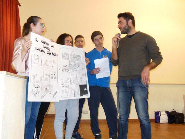 """Secondo incontro barcellonese di Lelio Bonaccorso: l'autore risponde alle domande degli studenti dell'Istituti Comprensivo """"C.S. D'Alcontres""""."""