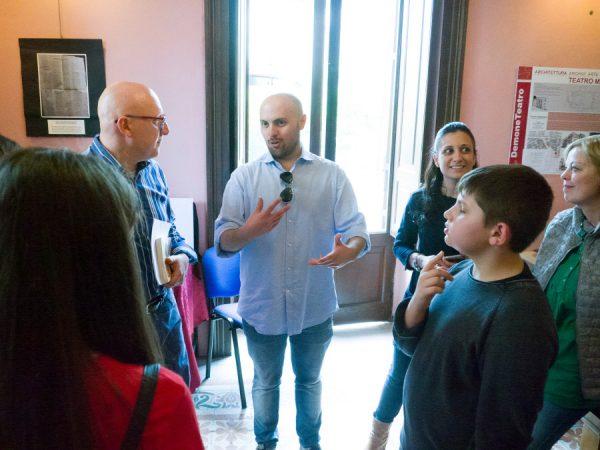 Paolo Castaldi spiega alcuni dettagli durante la mostra dedicata alla  sue opere a fumetti