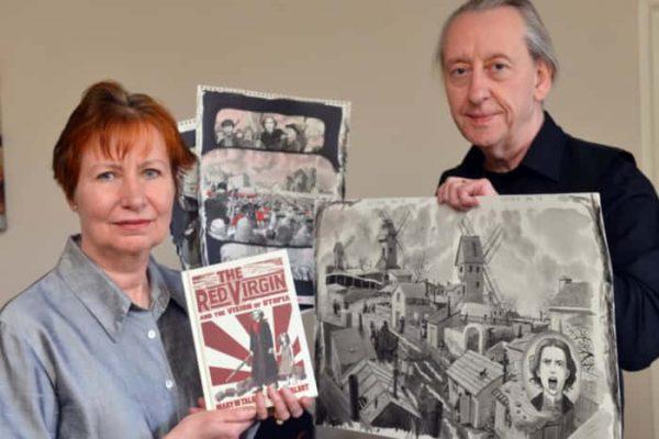 Foto di Mary e Bryan talbot che tengono in mano con il romanzo a fumetti ed alcune tavole a fumetti originali