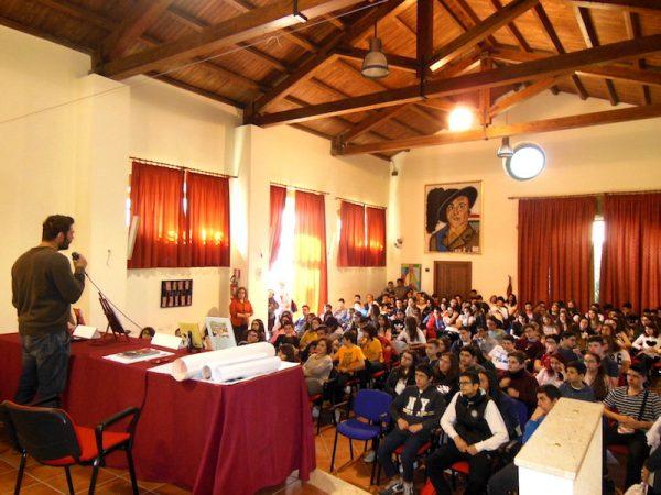 """Scatto fotografico del secondo incontro barcellonese di Lelio Bonaccorso  all'Auditorium """"Maggiore La Rosa"""" a Barcellona P.G.;stavolta con gli studenti dell'Istituto Comprensivo """"C.S. D'Alcontres""""."""