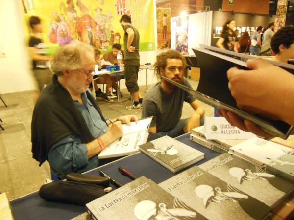 """Gianni Allegra autografa le copie del suo nuovo libro: """"La guerra di Minkiaman"""""""