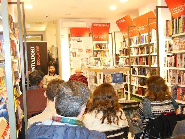 foto 2 incontro di presentazione di salvezza presso il Bookstore Mondadori a Barcellona P.G.