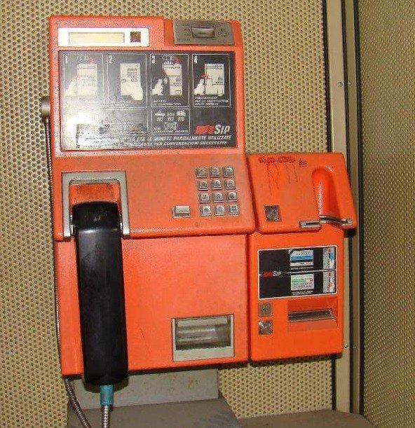 L'interno di una Cabina telefonica utilizzata negli anni 80, del secolo scorso