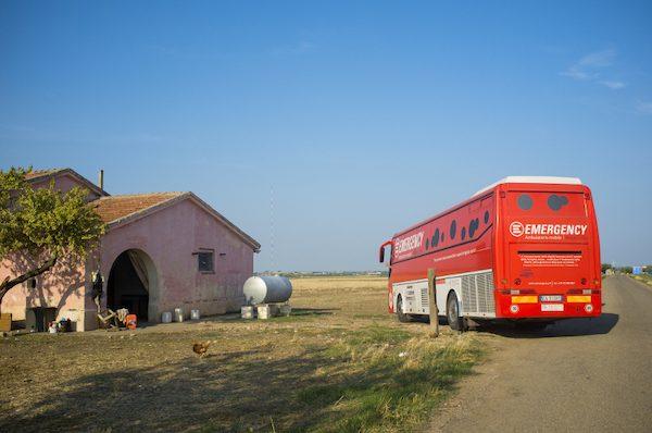 Il polibus di emergency attivo nella provincia di Foggia tra il 2011 e il 2013, raggiunge il ghetto di Borgo Tre Titoli, noto come House Ghana, a pochi chilometri da Cerignola