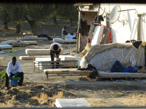 I lavoratori migranti vivono momenti di quotidianità all'interno dell'accampamento di Rignano, in provincia di Foggia