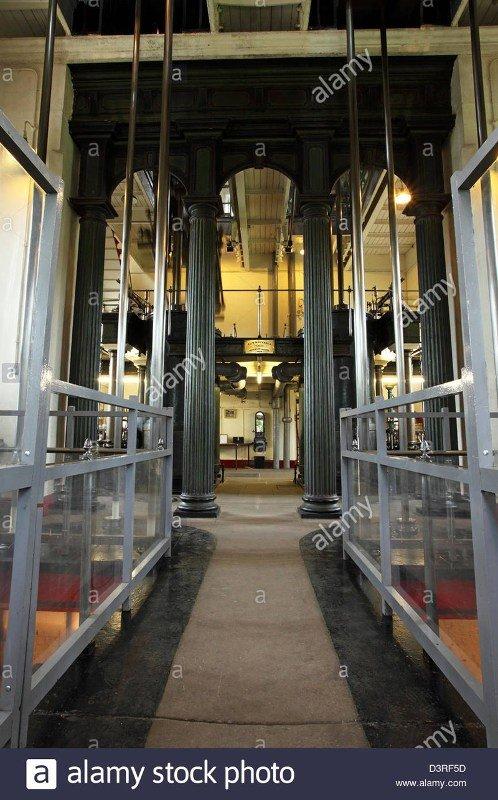 All'improvviso vidi questa foto di qualcosa che sembrava quella di una navata gotica - con macchinari! Immagine 2 di 5