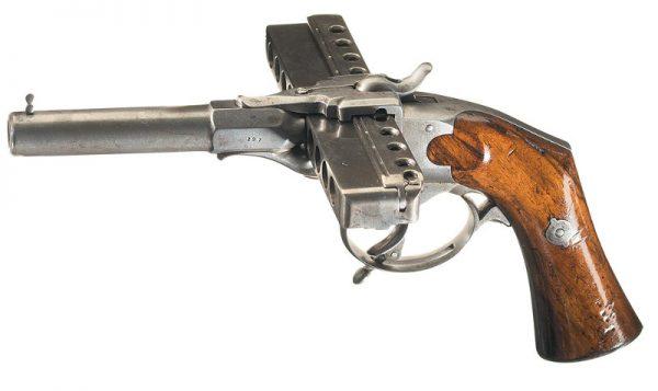 """Qui c'è una sua foto di migliore qualità, della """"pistola ad armonica"""" che si trova nel Museo della Prefettura di Polizia di Parigi. Immagine 4 di 5"""